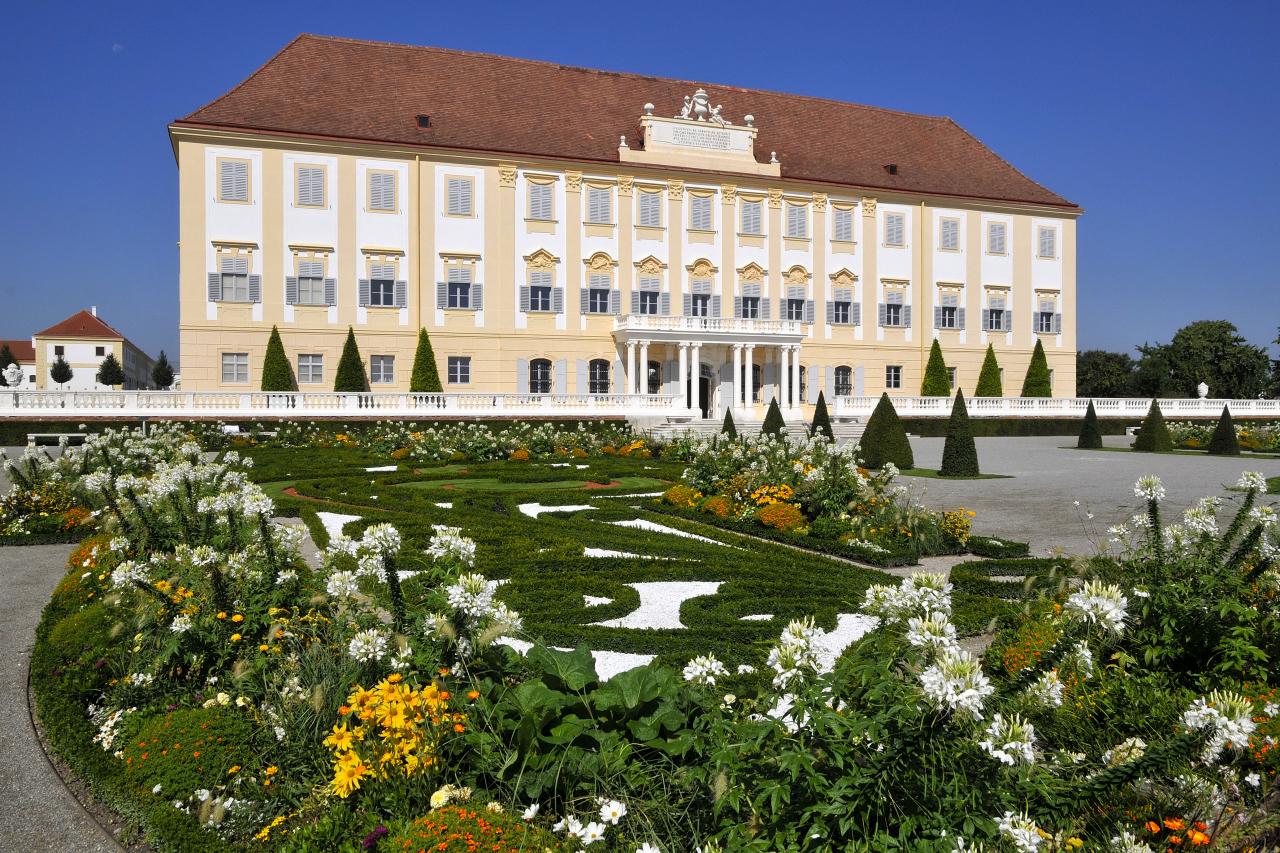 Schloss_Hof_Garten_Broderiebeete_Terrasse_3__c__SKB_Reinhard_Mandl