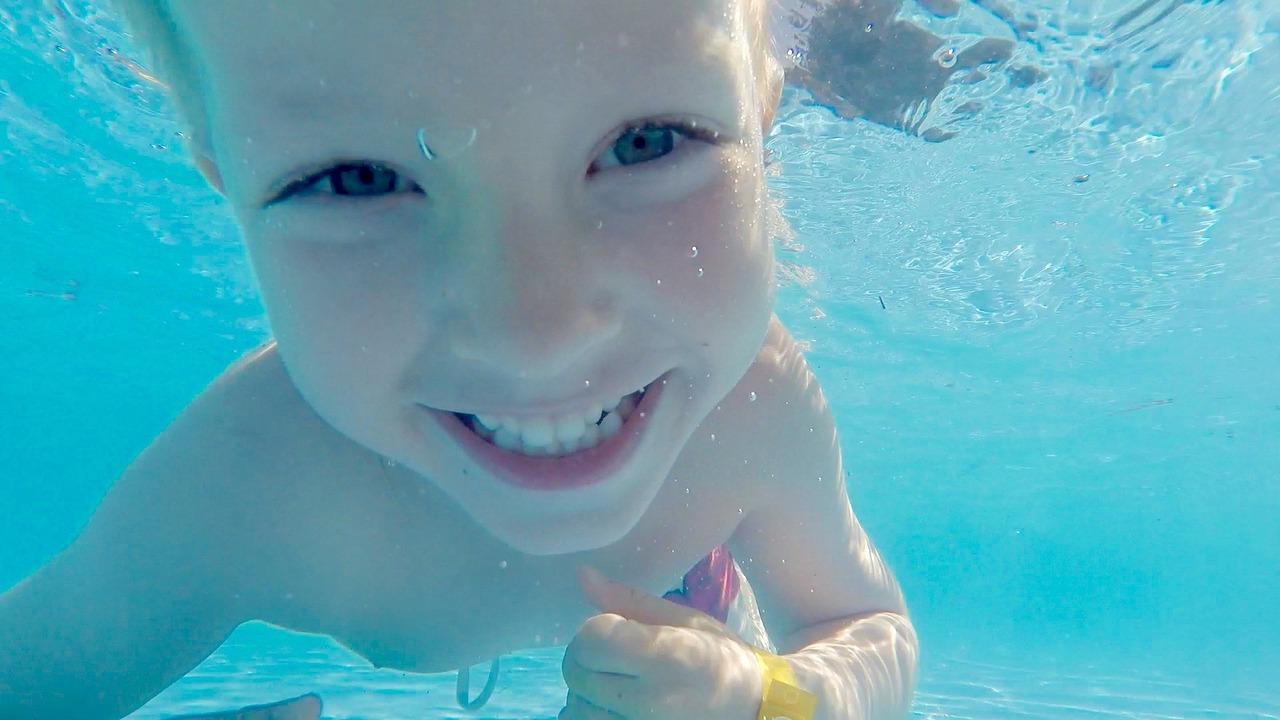 Kind Schwimmen Pool