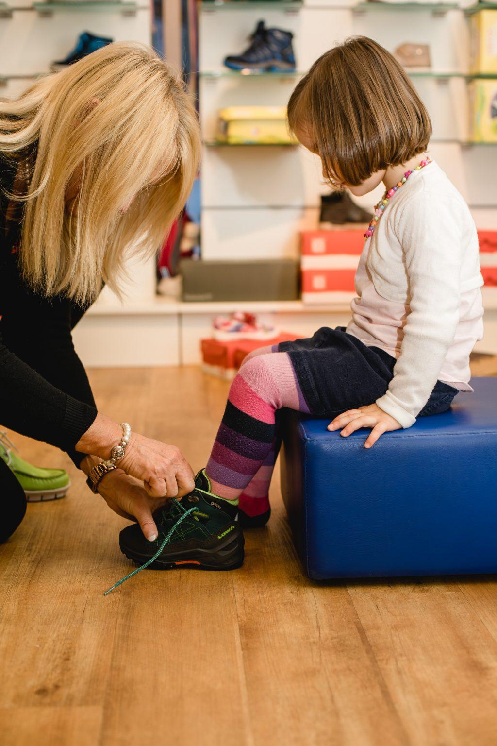 ec6b7955bf4df6 Und die Wahl der richtigen Schuhe ist ein entscheidender Faktor für gesunde  Füße und einen schmerzfreien Bewegungsapparat. Tipps zum richtigen Schuhkauf .