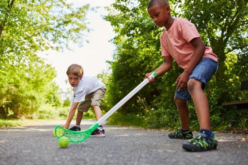 Kinder spielen Hockey