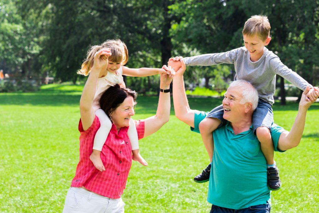 Großeltern mit Kindern