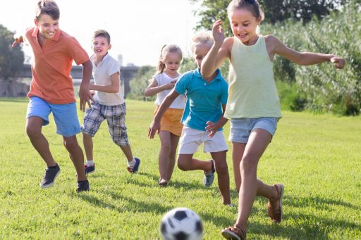 kids fussball auf der wiese