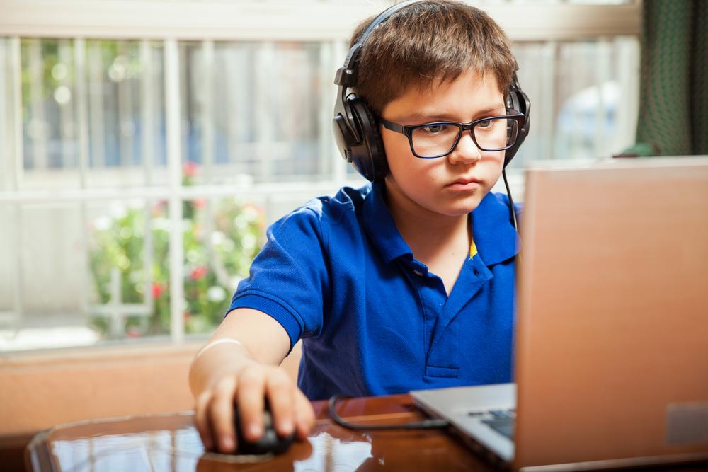 Kind spielt Computerspiel