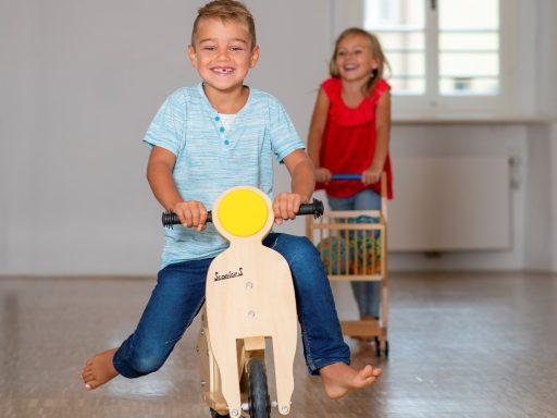 Spielzeug Museum Ausstellung Kind auf Roller