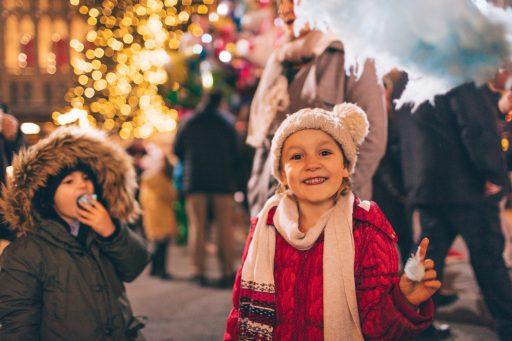 Kinder am Weihnachtsmarkt