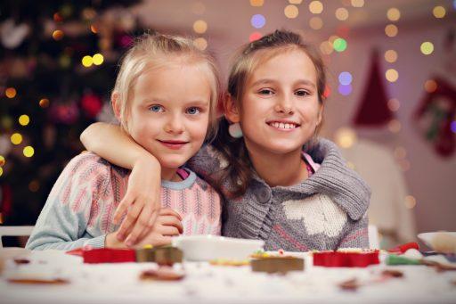 weihnachten mädchen und kekse