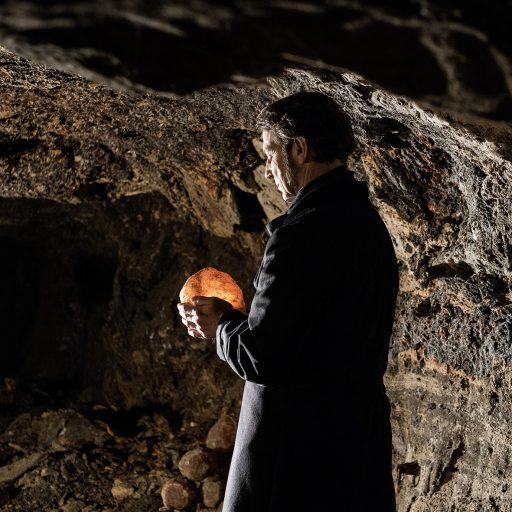 Franz Xaver Gruber mit einem Brocken Steinsalz in den Salzwelten Hallein