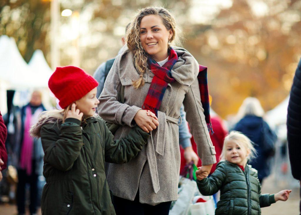 Familie am Weihnachtsmarkt