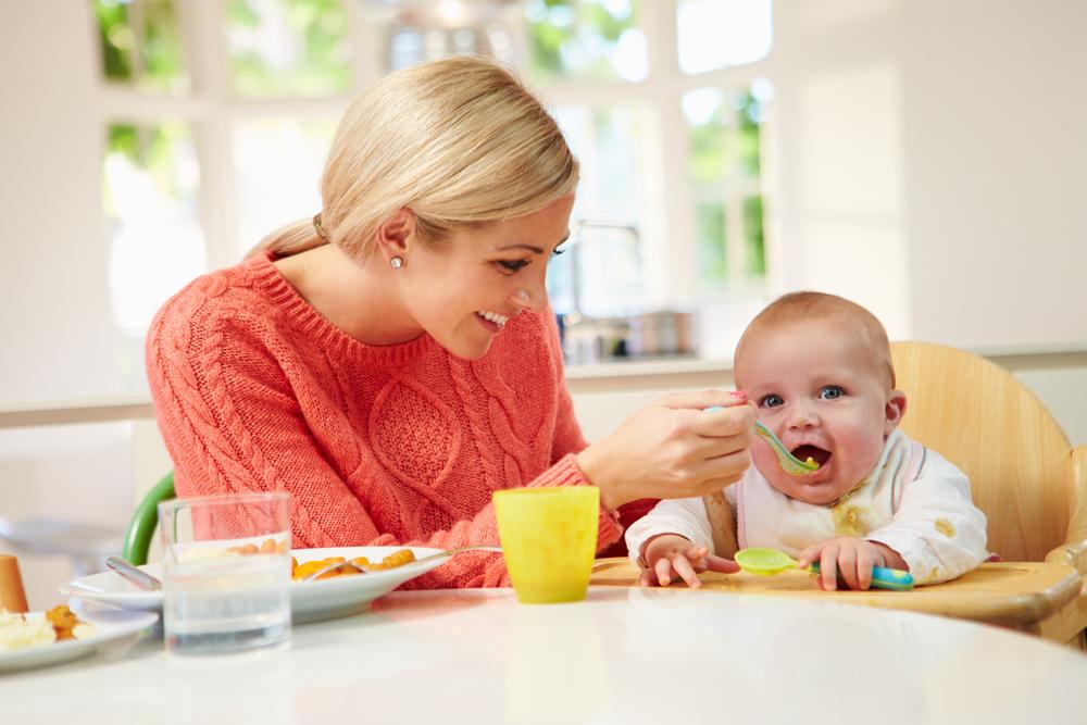 Baby beim Breiessen