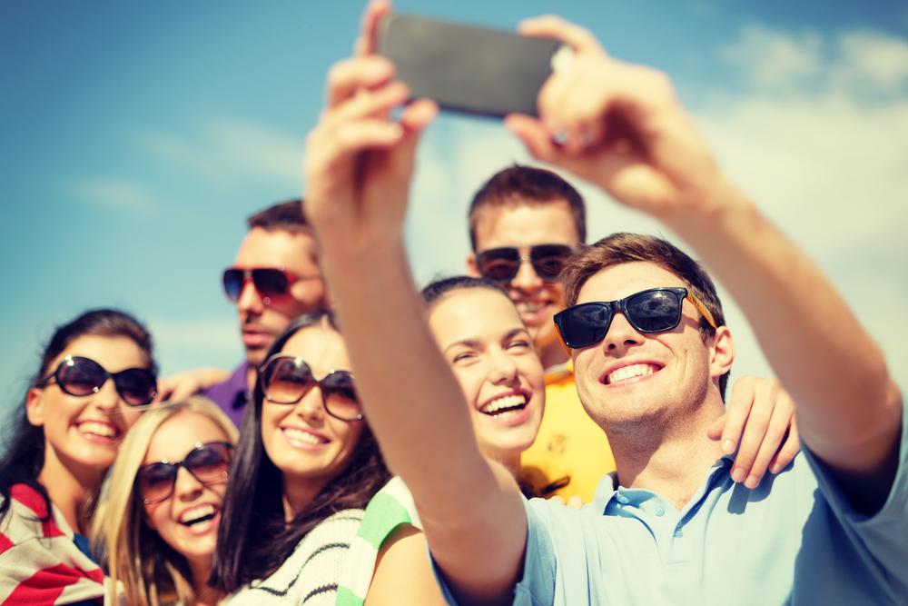 Junge Leute machen ein Selfie