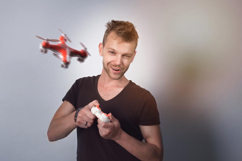 Mann steuert Drohne