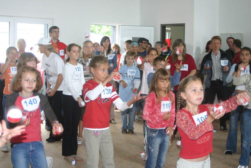 Amedi-Kinder-jonglieren