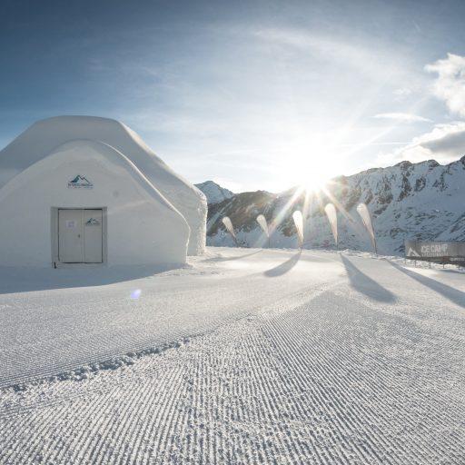Das ICE CAMP presented by Audi quattro befindet sich an einem der schönsten Aussichtspunkte inmitten des Gletscherskigebiets auf dem majestätischen Kitzsteinhorn. Vor den drei miteinander verbundenen Schneekuppeln lädt ein großzügiges Sonnendeck zum Verweilen ein.