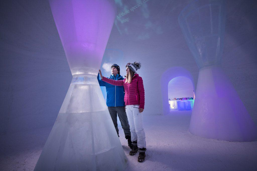 Noch ist Zeit!, erinnert die Sanduhr des Künstlers Max Seibald im ICE CAMP am Kitzsteinhorn. Besucher können die durch Lichtinszenierung perfekt präsentierte Kunstinstallation zum Thema