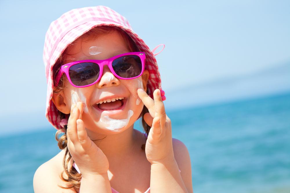 Kind mit Sonnencreme