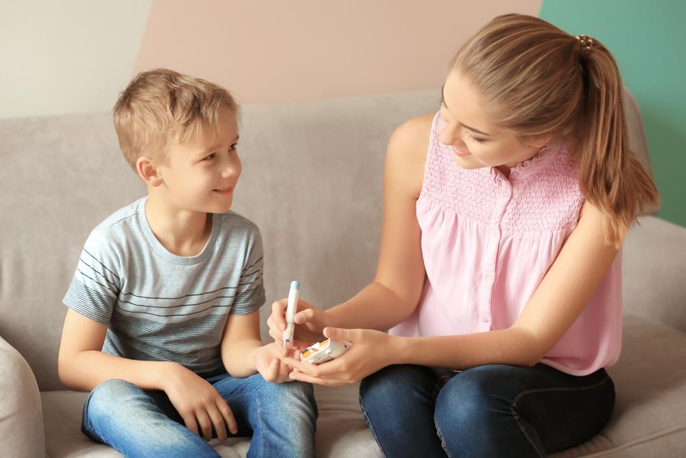 Kind und Mutter bei Diabetesmessung