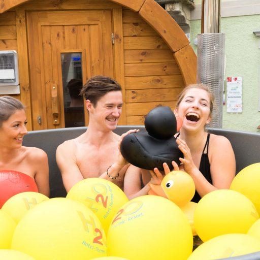 Mit der in Österreich einzigartigen mobilen Sauna mit Schaffelbad macht das Thermen- & Vulkanland Steiermark und seine Partnerbetriebe Lust auf einen Urlaub im Südosten der Steiermark.