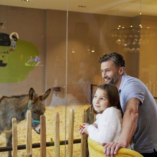 mutter_und_kind_bei_der_professionellen_baby-_und_krabbelbetreuung_c_anne_kaiser_photography_leading_family_hotel_resort_dachsteinkoenig