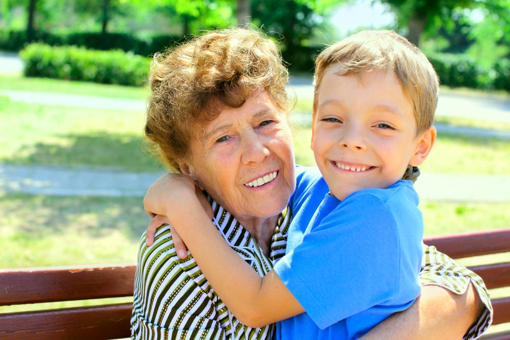 Großmutter und Enkelsohn
