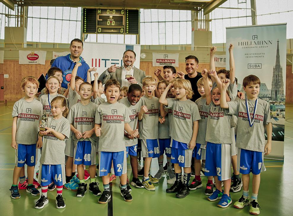 Klemens Hollmann gratuliert den Siegern von Bleib am Ball
