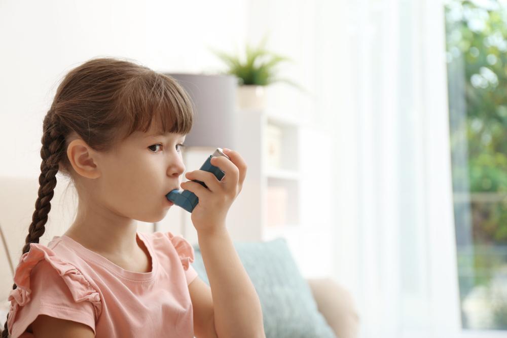 Kind und Asthmaspray