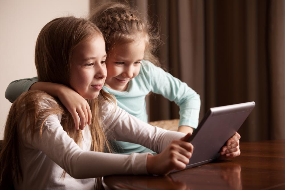 Kinder mit Tablet PC