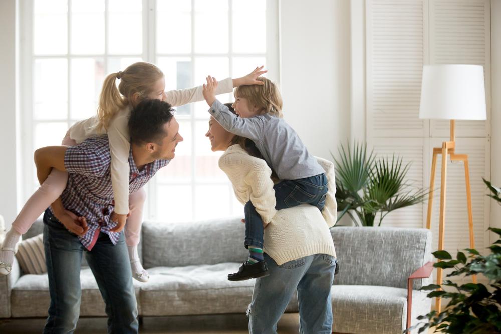 Eltern spielen mit Kindern
