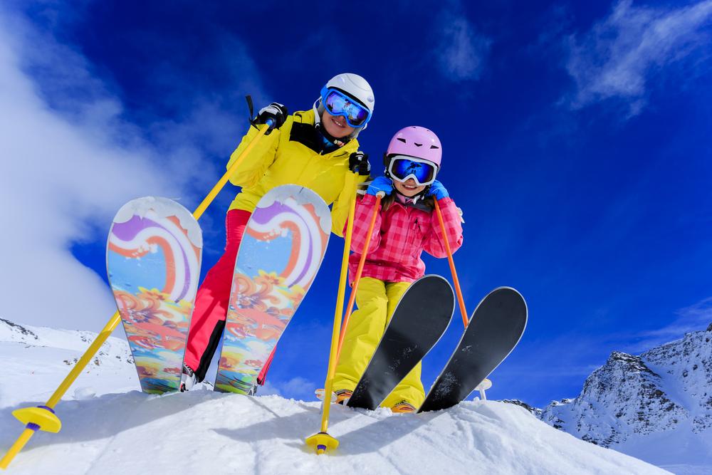 Wintersportwoche: Kinder beim Skifahren