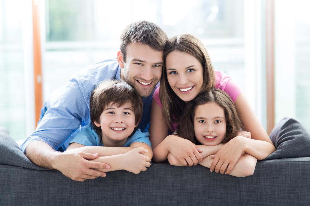 Familie am Sofa