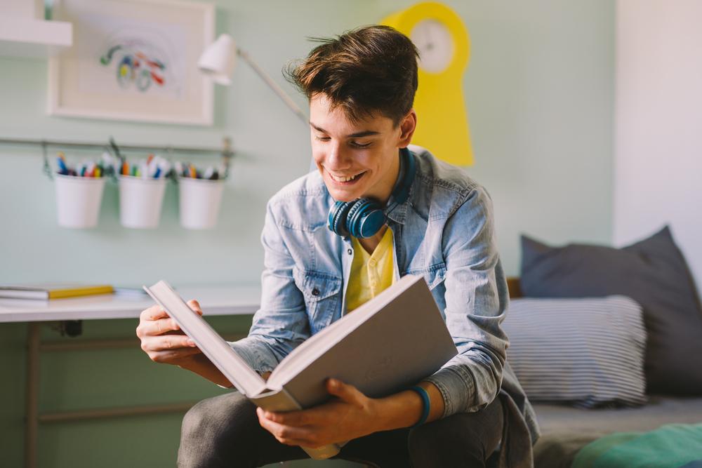 Jugendlicher liest