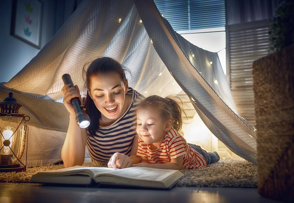 Coronavirus-Schulpause: Mutter und Tochter spielen zuhause