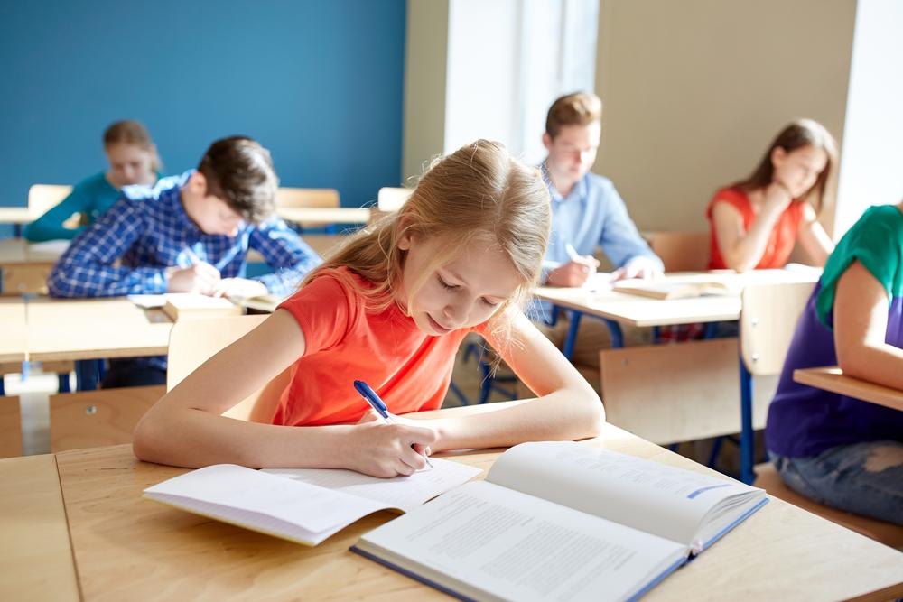 Schülerin bei Prüfung