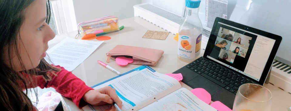 Schülerin vor Notebook
