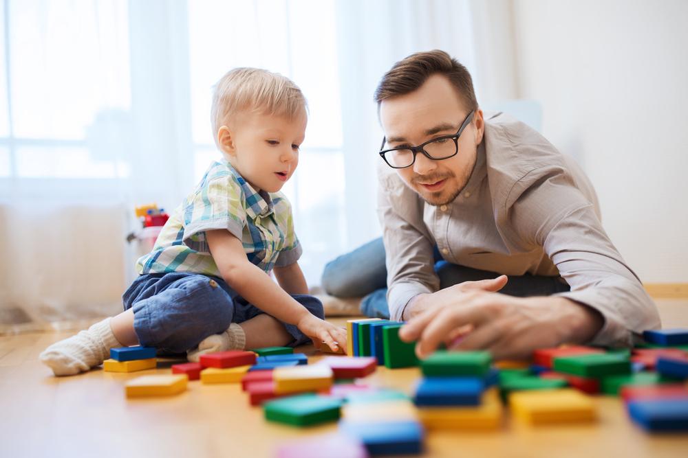 Coronavirus-Krise: Vater spielt mit Kind