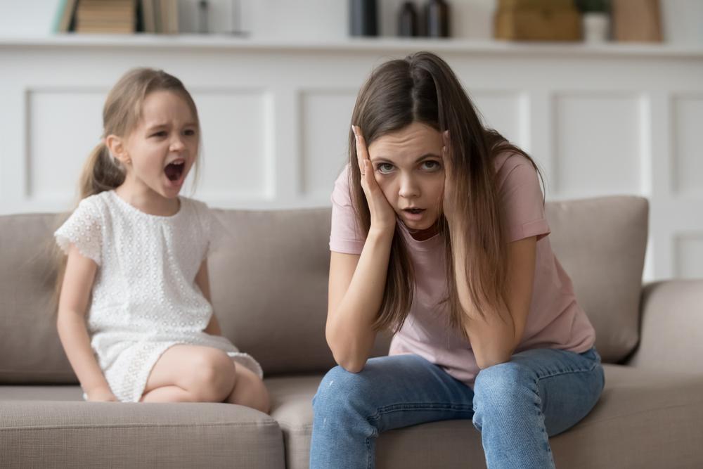 Frau genervt, Kind schreit