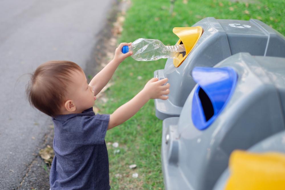 Kind beim Mülltrennen