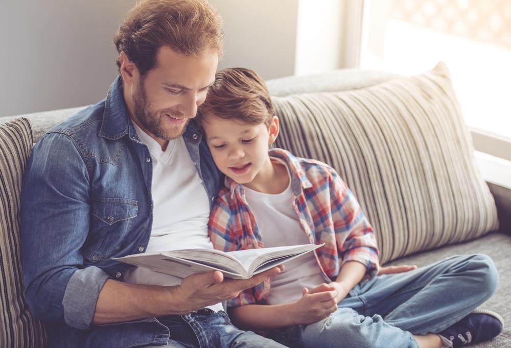 Vater mit Sohn auf der Couch
