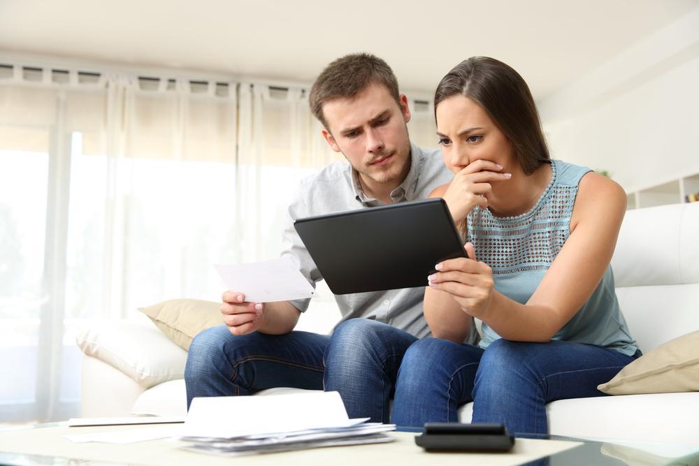 Corona-Konsumverhalten: Besorgtes Ehepaar