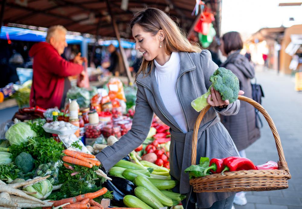 Frau kauft Gemüse
