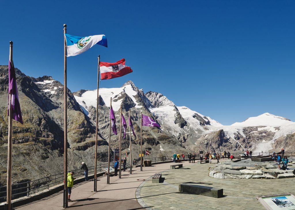 Besuchermagnet der Großglockner Hochalpenstra§e die Kaiser-Franz-Josefs-Höhe (2.369 m) mit Blick auf den Großglockner und den Pasterzen-Gletscher
