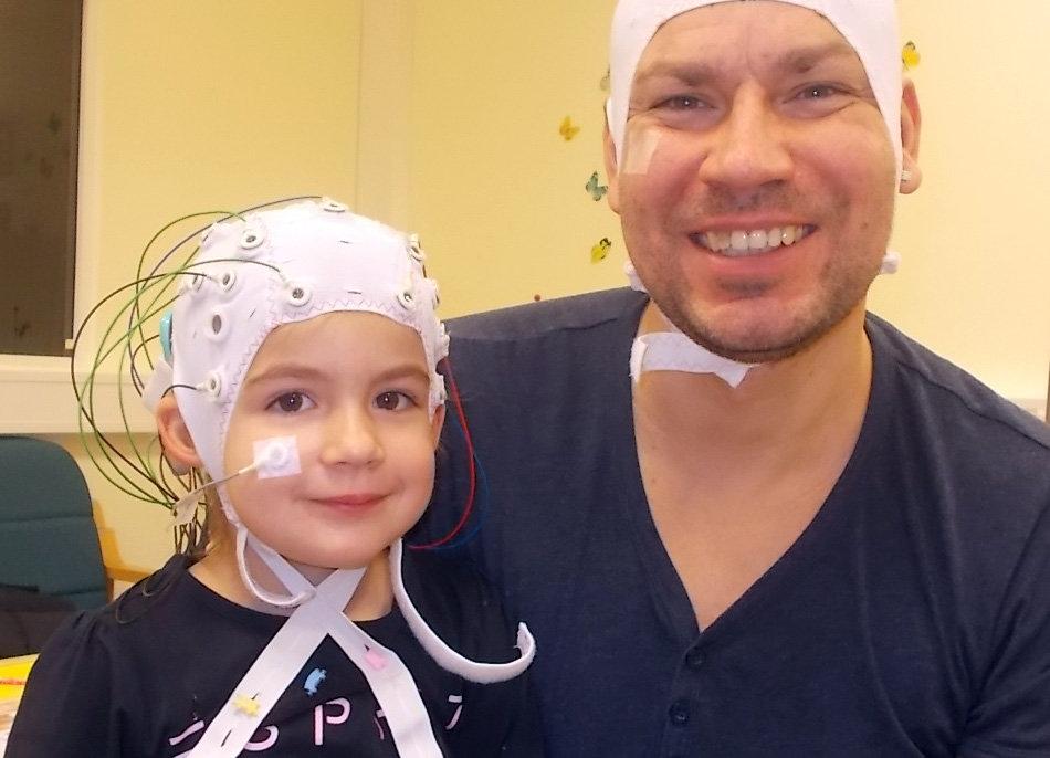 Kind beim Gehirntest mit taubem Kind