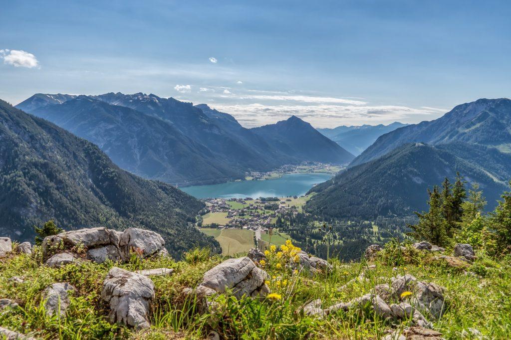 Eingebettet zwischen Naturpark Karwendel und Rofangebirge lädt der Achensee im Jahr 2020 zur Sommerfrische ein.