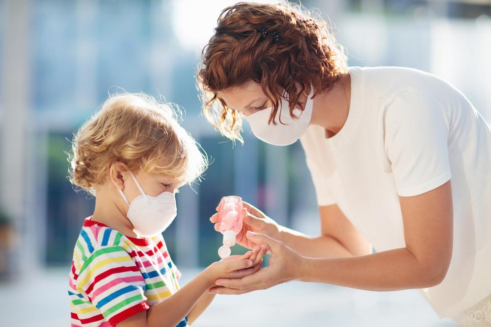 Mutter und Kind mit Mundschutz