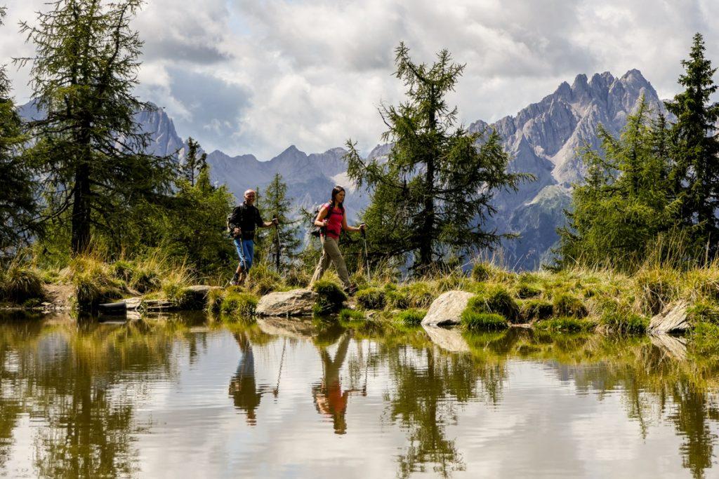 Wanderhotels: Abstandsregel von einem Wanderstock zum Mitwanderer