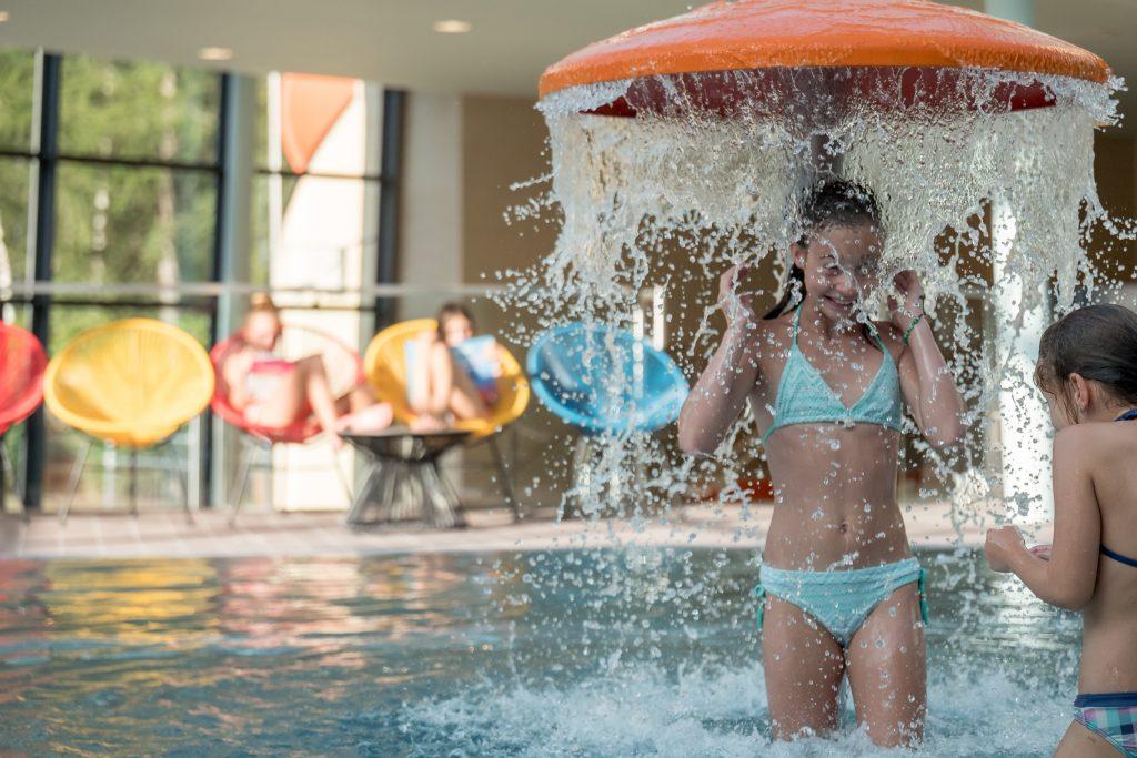 In der neuen ALPEN ARCHE NOAH erwartet die Kinder ein großes Schwimmbecken und ein Wasser Fun Park an Deck eines Schiffes.