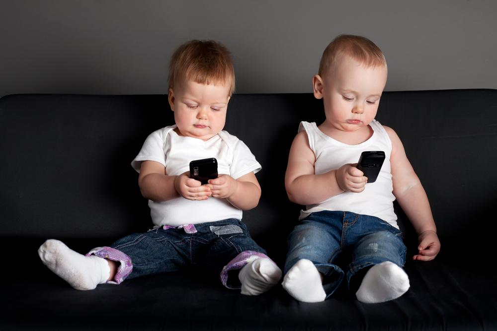 Kleinkinder mit Handy