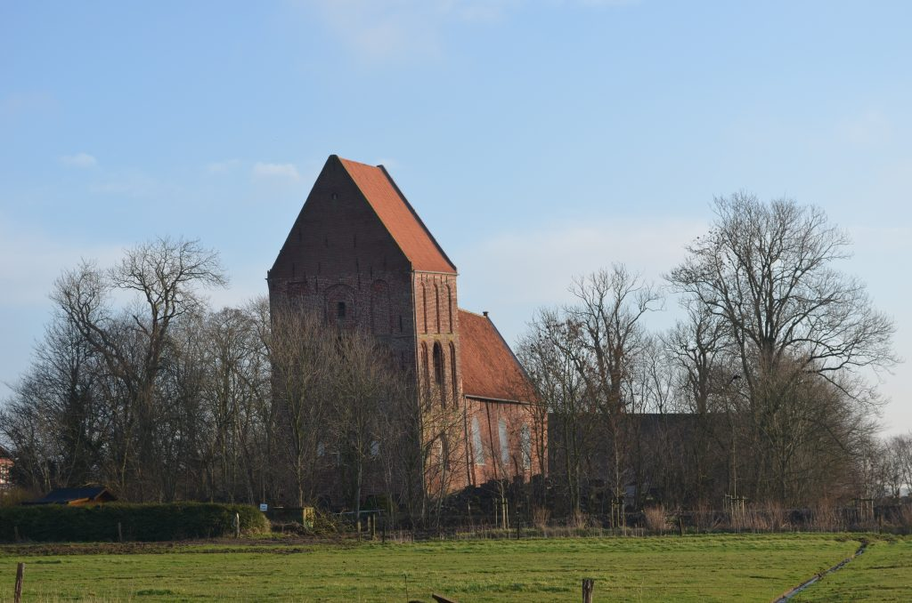 Schiefer_Kirchturm_i~ostfriesland.de