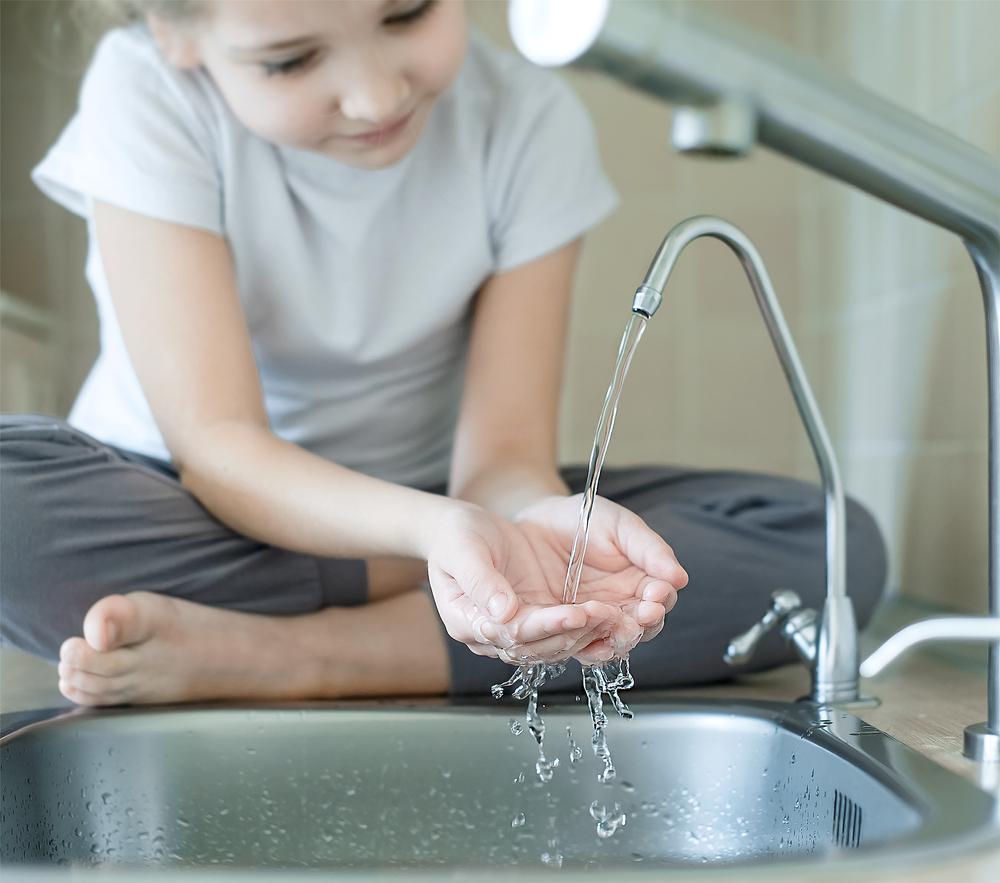 Kind trinkt Leitungswasser
