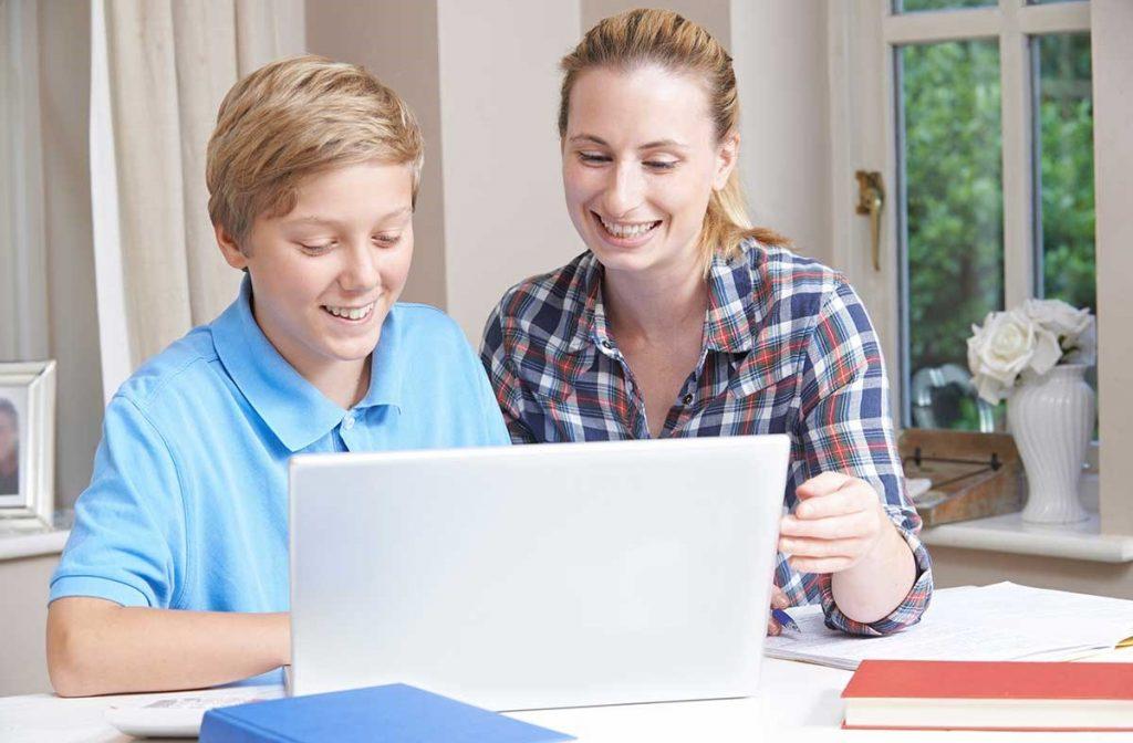 Kind und Laptop