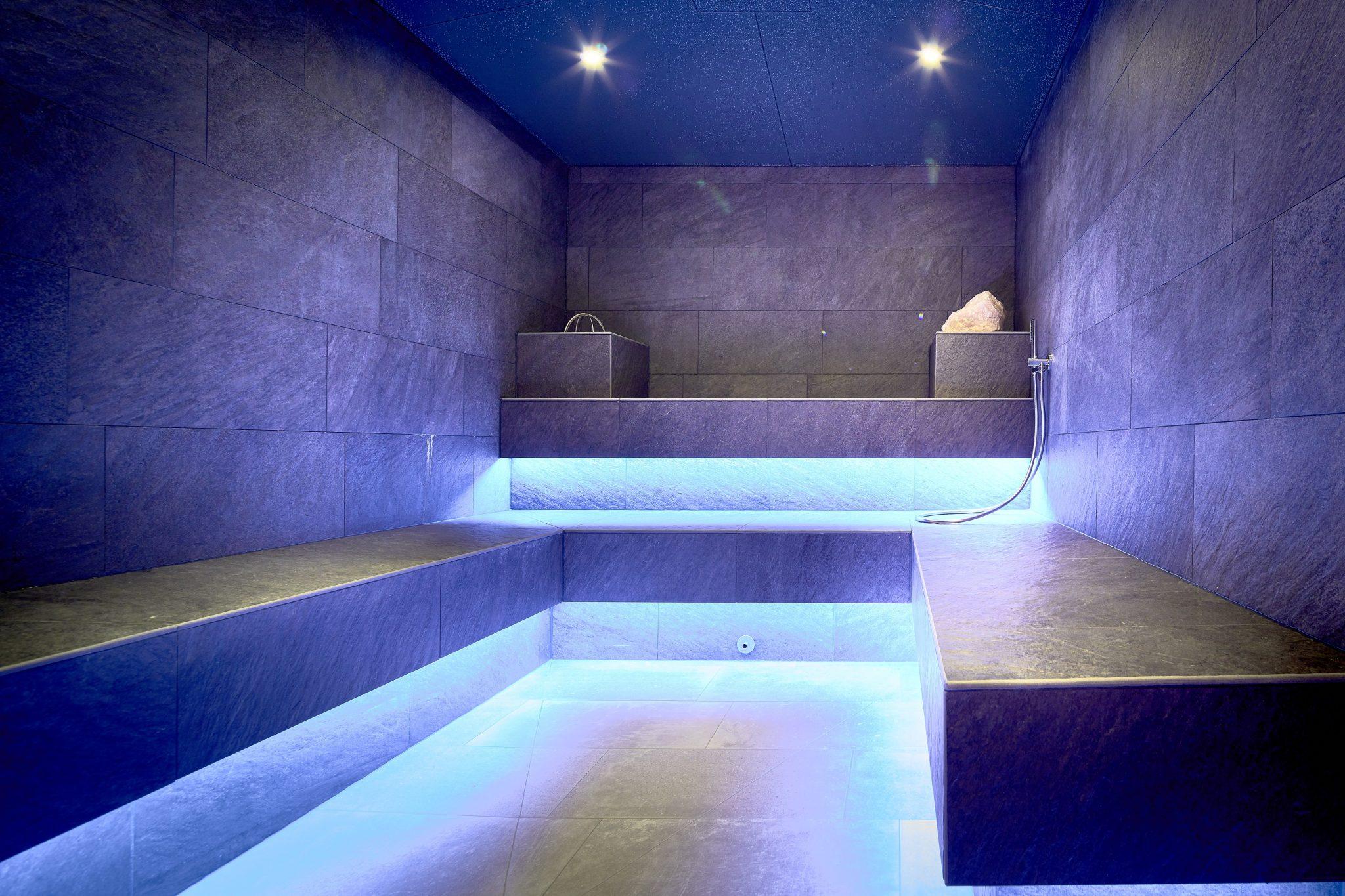 dampfgrotte_mit_entspannender_beleuchtung_c_mike_huber_das_adler_inn_-_tyrol_mountain_resort